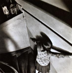 Femme dans l'escalier